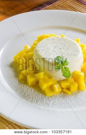 Vanila Panna Cotta With Fresh Mango