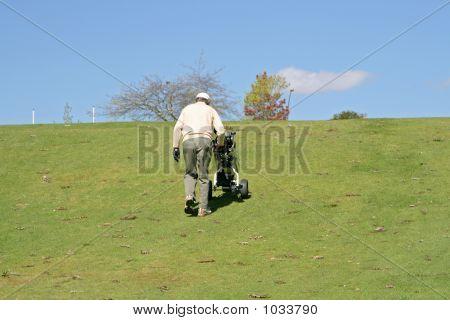 Golfista empurrando Caddy