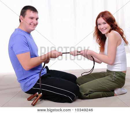 casal envolvido em esportes juntos