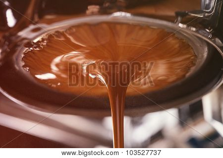 coffee extraction from professional coffee machine with bottomless filter