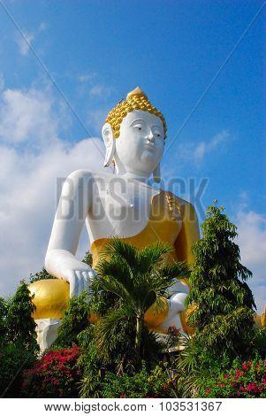 Buddha waiting blessing to those who are faithful