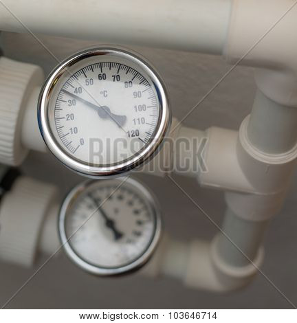 Temperature gauge mounted on the heating pipes