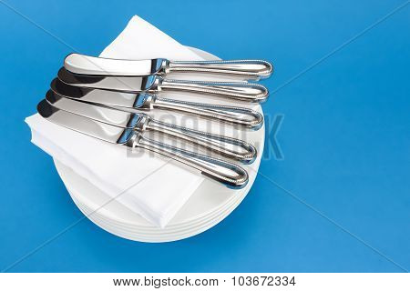 Small knives on napkins and plates