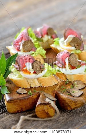 Canapes with roast beef and truffle