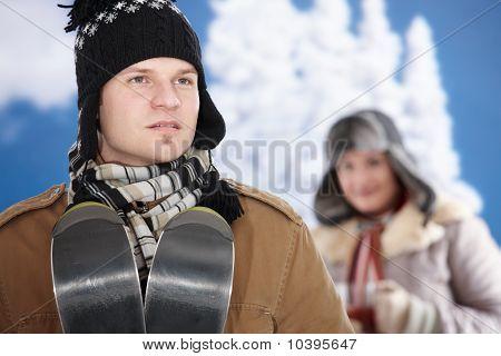 glückliches Paar im winter