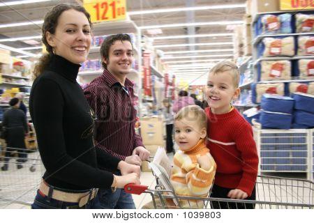Familia móvil en tienda