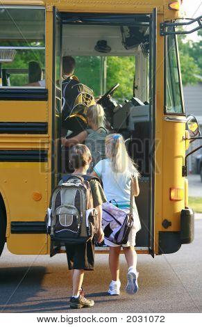 Crianças recebendo no ônibus escolar
