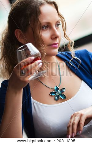 schöne Frau Cognac trinken.