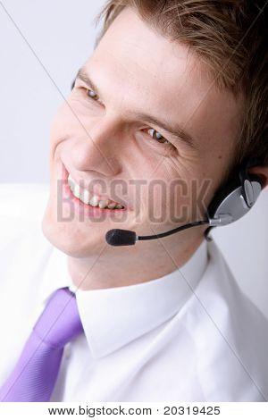lächelnd männlich Kundendienstmitarbeiter