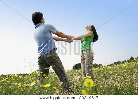 Alle Paare tanzen in einem Blumenfeld