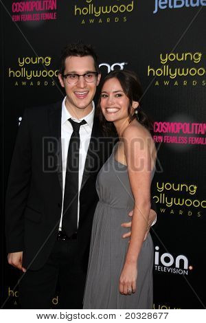 LOS ANGELES - 20 de maio: Dan Levy, Rachel Specter chegando ao Young Hollywood Awards 2011 no clube