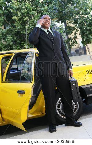 Business-Mann verlassen taxi