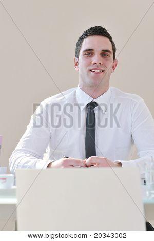abogado de hombre joven con laptop solo en la gran sala brillante