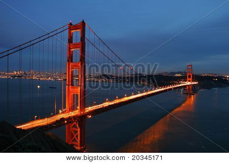 Golden Gate Bridge in der Abenddämmerung, San Francisco, Kalifornien, USA