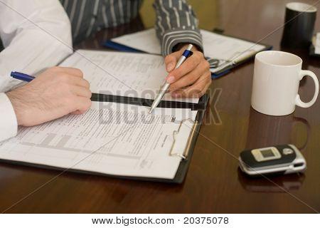 hombre de negocios, firmar el formulario de crédito de inversión
