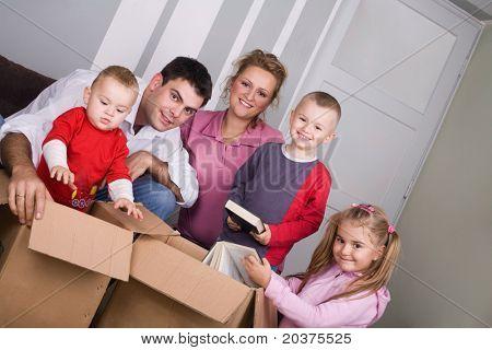 pareja joven con niños mudanza