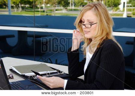 Mujer de negocios que trabajan fuera de la hora del almuerzo