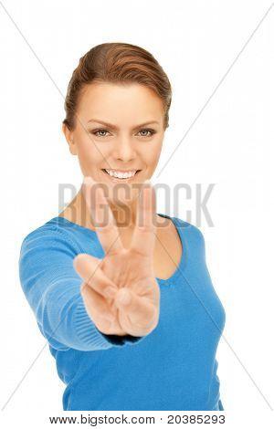 brillante imagen de hermosa adolescente que muestra el signo de la victoria