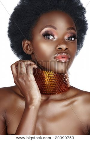 beautiful south African Woman with Bronze Halskette und natürliches Make-up, lange falsche Wimpern, mit l