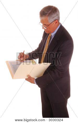 Escritura de empresario en la carpeta