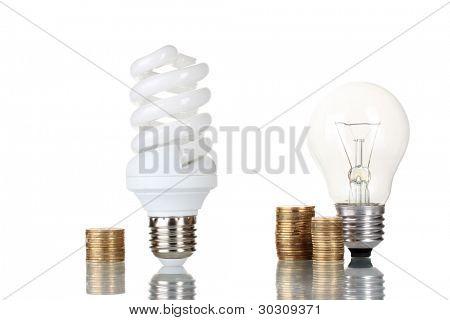 Comparação das lâmpadas comuns com isolado no branco de lâmpada de poupança de energia