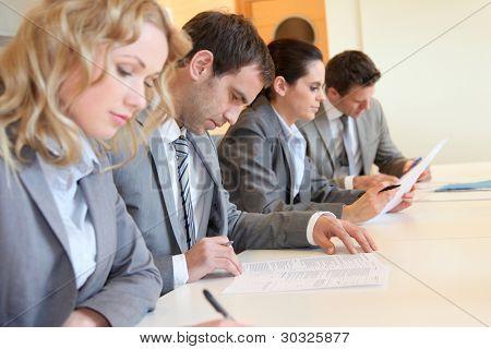 Jovens empresários assinar o formulário de candidatura
