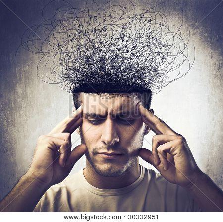 junger Mann mit nachdenklichen Ausdruck und Gehirn schmilzt in Zeilen