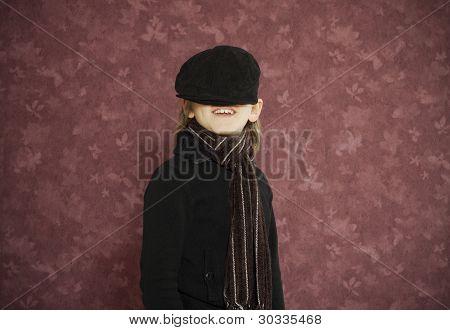 Cute kid con sombrero en ojos