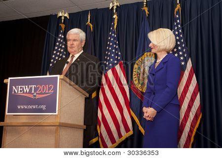 Newt y Calista Gingrich en el escenario.