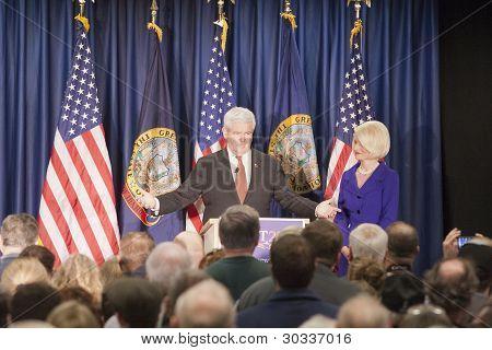 Newt Gingrich habla a la multitud.