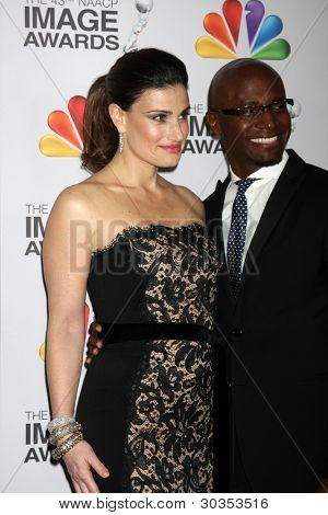 LOS ANGELES - FEB 17: Idina Menzel; Taye Diggs kommt bei der 43. NAACP Image Awards am Schrein