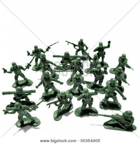 Soldados de juguete en fondo liso