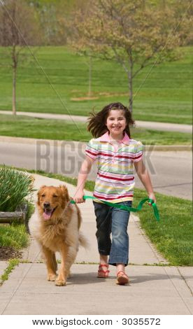 Kleine Mädchen Wandern Hund