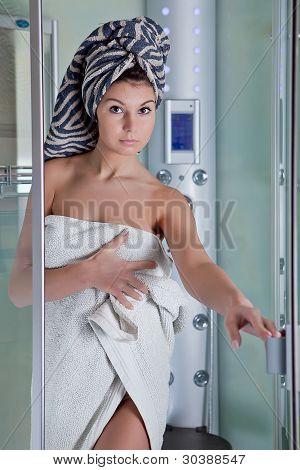 Menina bonita depois de um banho em uma toalha branca
