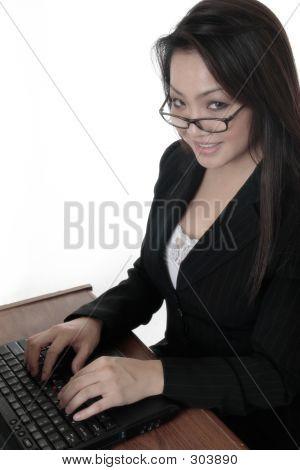 attraktive Frau Eingabe über laptop