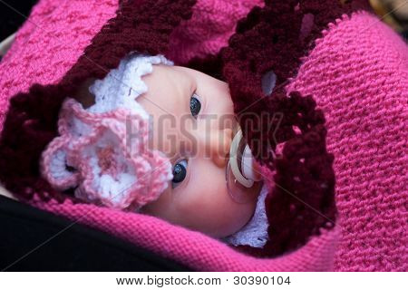 Schöne Mädchen in ein rosa Baby-Kleidung