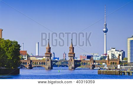 Panorama com Oberbaumbruecke em Berlim