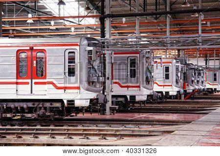 Praga, República Checa - 17 de setembro: Metrô modernizado treina 81-71M no Depot Hostivař em aberto Doo