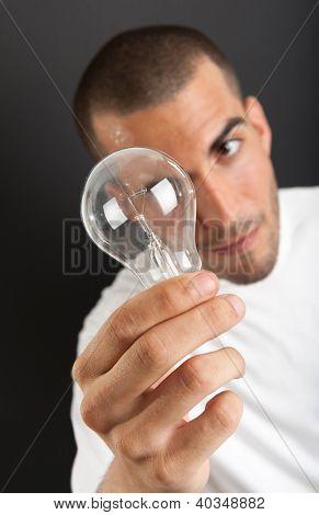 Homem com uma feliz expressão segurando uma lâmpada eureka