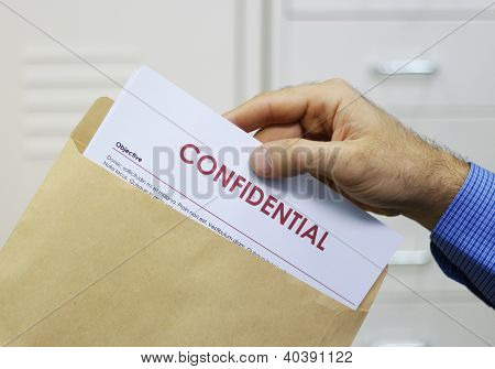 Documentos confidenciales de la manipulación de hombre