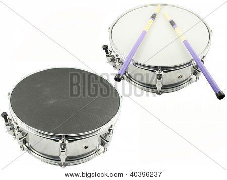 La imagen de tambores bajo el fondo blanco