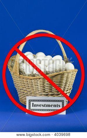 Huevos de inversión en una cesta con ninguna barra