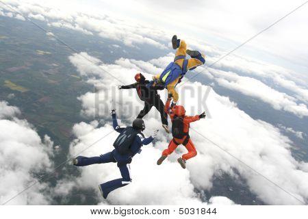 Cuatro paracaidistas saltan desde un avión