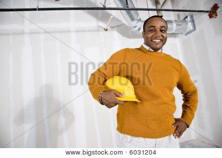 Mann in Büroräume für Buildout bereit