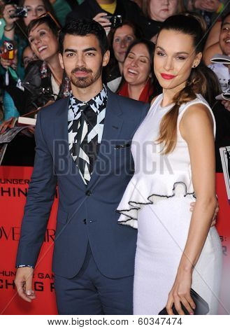 LOS ANGELES - NOV 18:  Joe Jonas & Blanda Eggenschwiler arrives to the