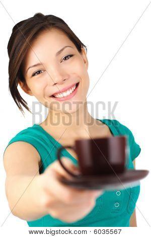 Mujer servir café