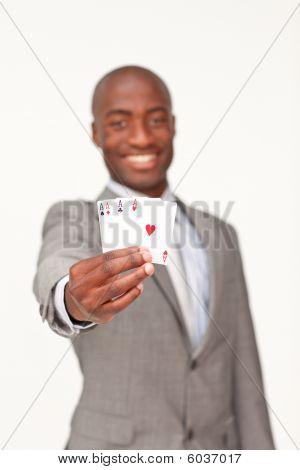 Atraente empresário afro-americano segurando quatro Ases