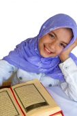 Постер, плакат: Мусульманская девочка читает Коран