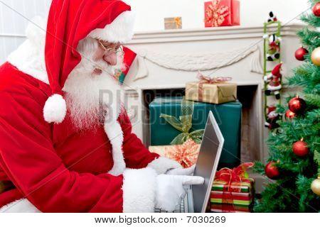 Santa Claus con un ordenador portátil