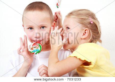 Niños susurrando